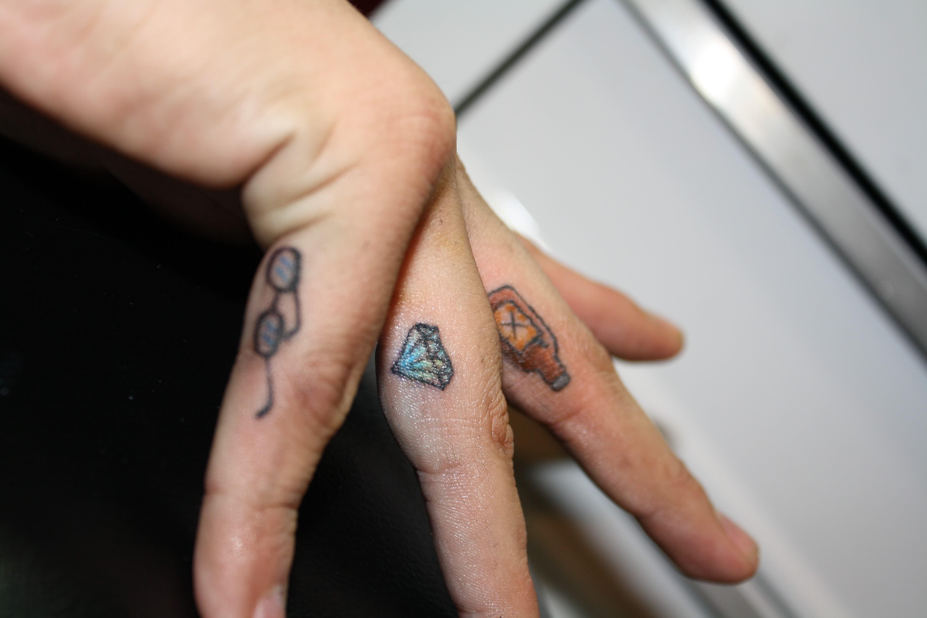 Ceker Diamond Tattoo On Finger